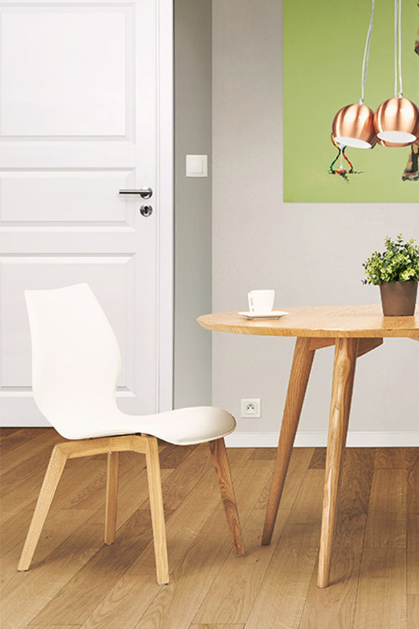 Chaise de salle à manger TSARA - En silimi cuir blanc et piètement en frêne massif